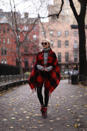 holiday-outfit-ideas-turtleneck-poncho-cape-plaid